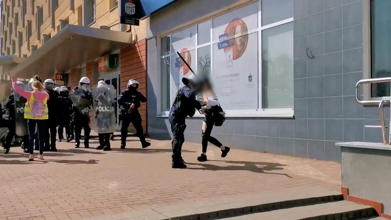 Podczas protestu policjant uderzył kobietę pałką i ją zatrzymał. Do sądu trafiły skargi, jest decyzja