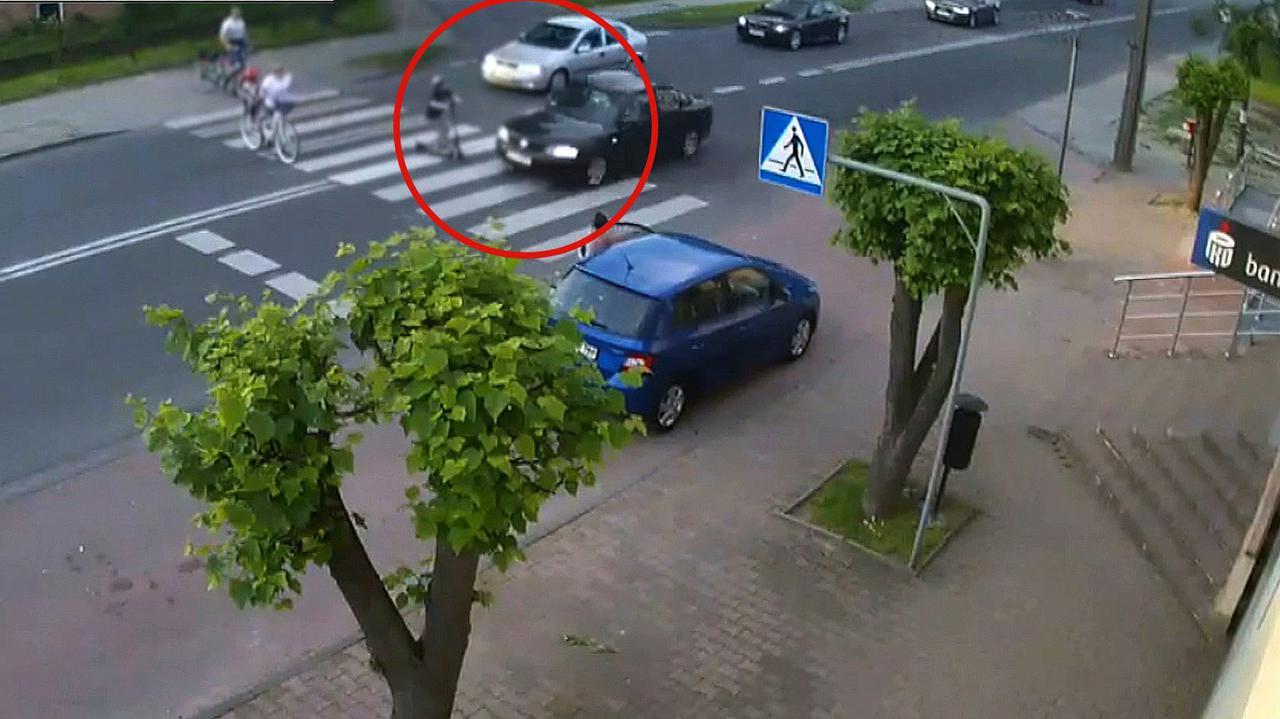 Rodzina na pasach, rozpędzone auto zahacza o dziecko na hulajnodze