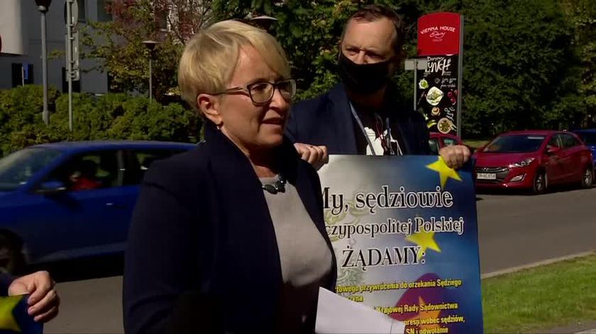 Sędzia Beata Morawiec przemawiała do zgromadzonych na wiecu w Krakowie