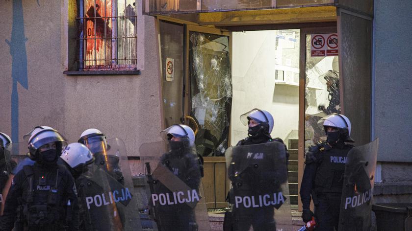 Przed komendą policji w Lubinie zebrali się protestujący