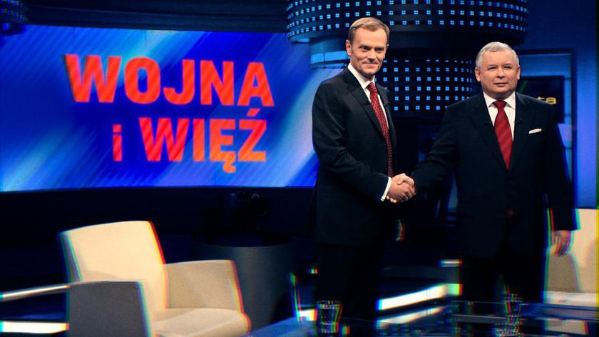 """""""Wojna i więź"""", czyli skomplikowane relacje Kaczyńskiego i Tuska. Reportaż Dariusza Kubika z """"Czarno na białym"""""""