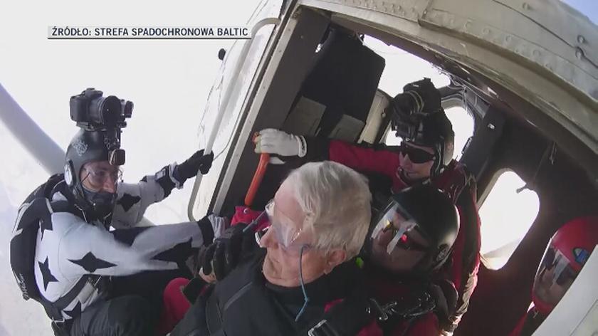 90-latek skoczył ze spadochronem