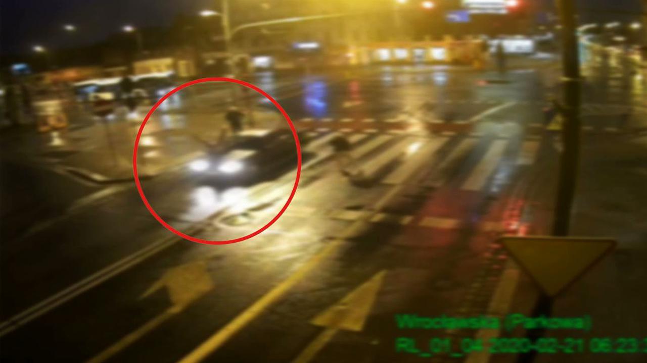 Przechodziła na czerwonym świetle, została potrącona. Kierowca się nie zatrzymał, ale jego jazdę śledziły kamery