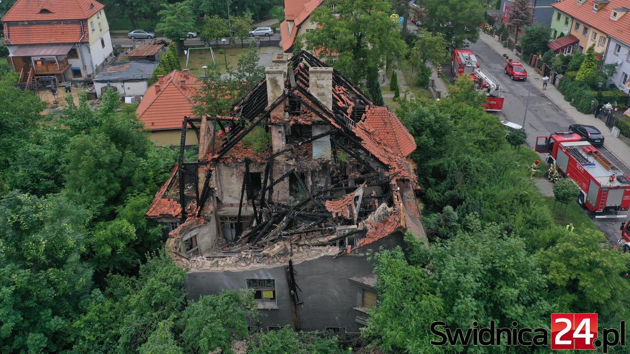 Zawaliły się dach i ściana starej willi. Strażacy przeszukują gruzowisko