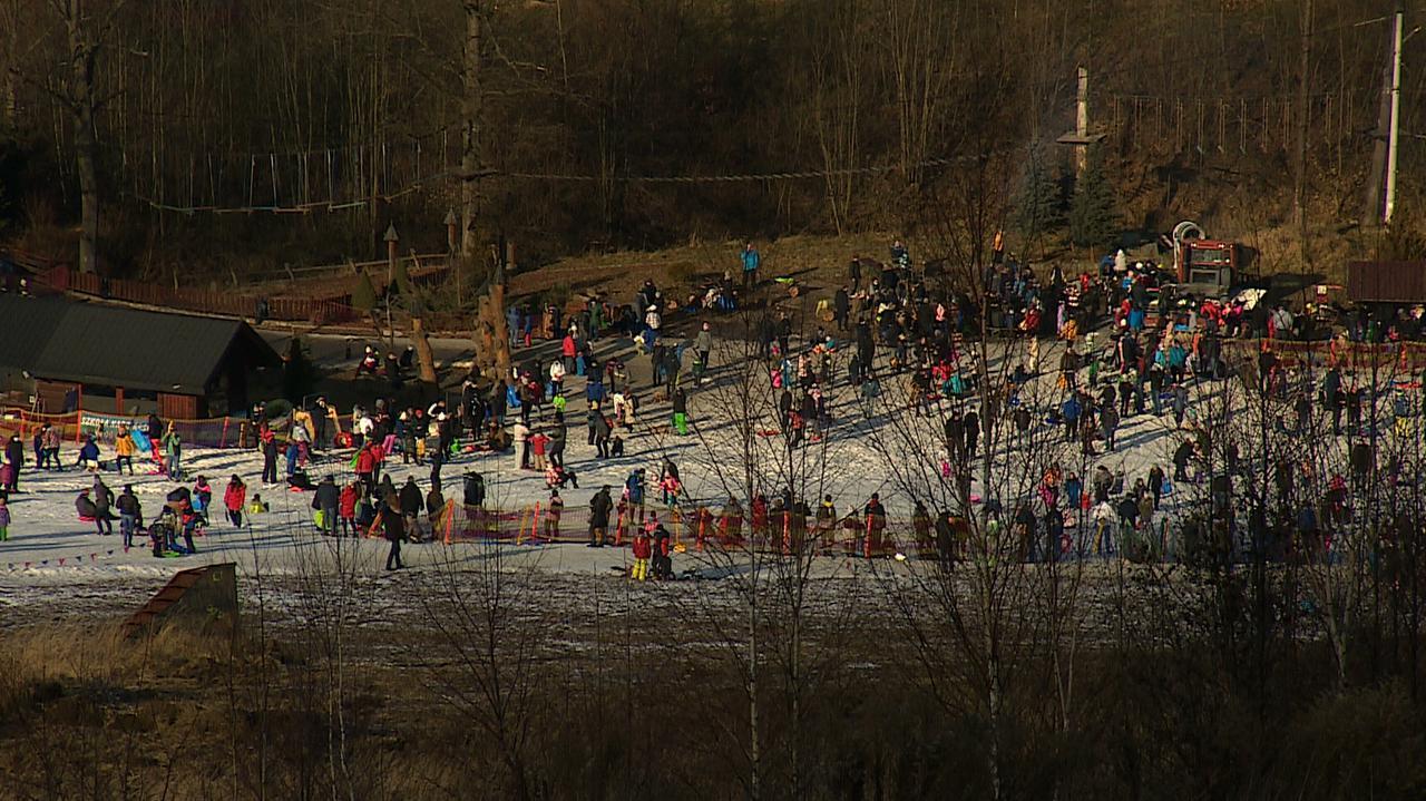Pełno ludzi na stokach. Zamiast nart i desek - sanki i jabłuszka