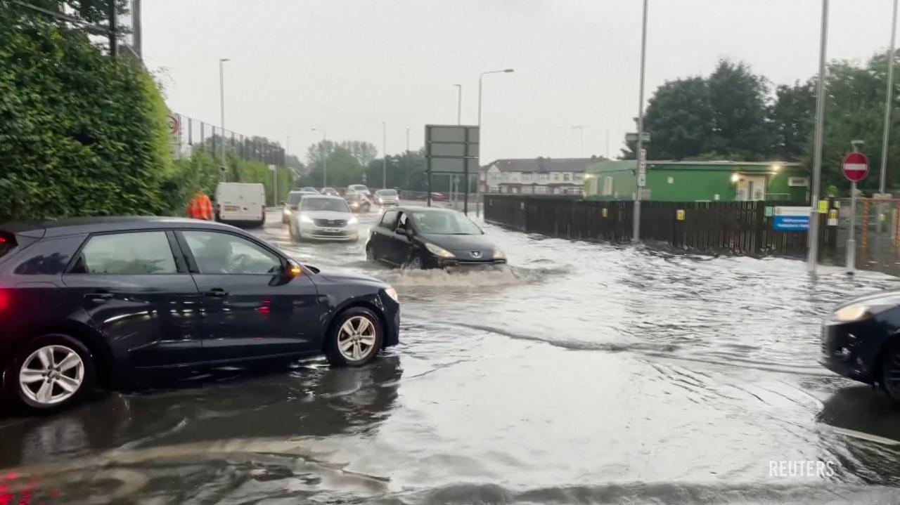 Potężna ulewa nad Londynem. Zalane szpitale, domy i ulice, chaos w transporcie