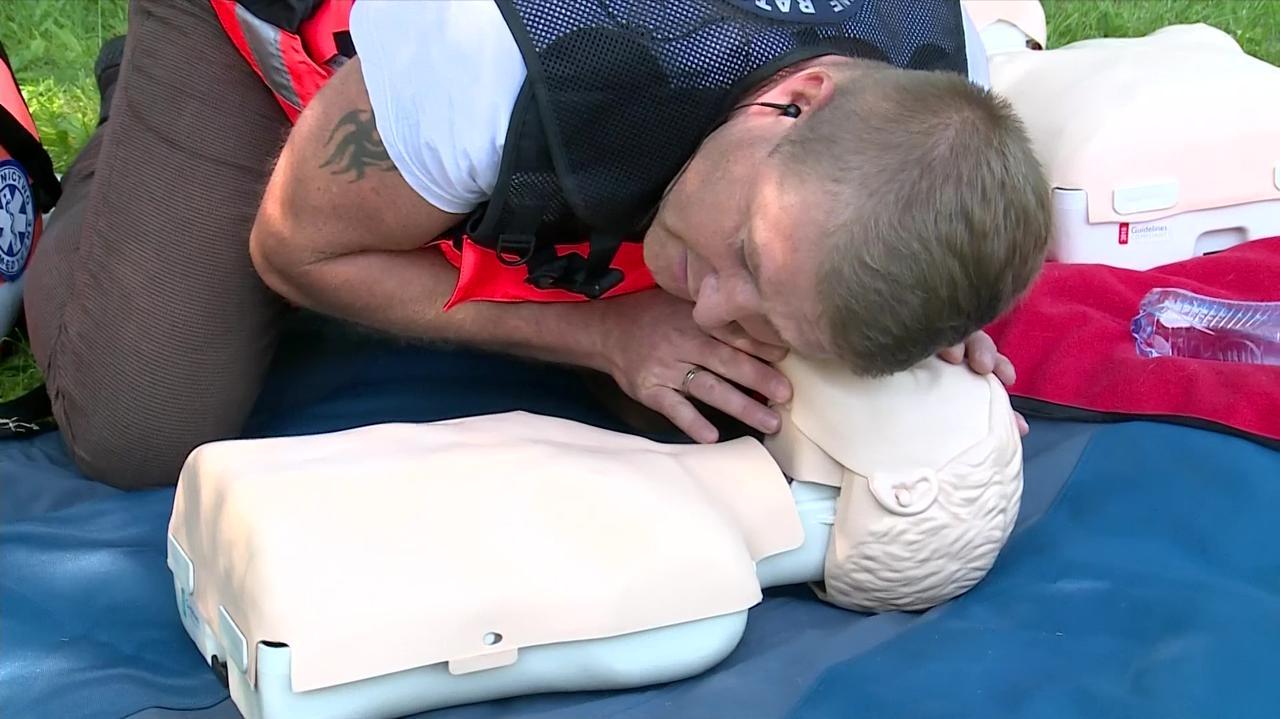 Dziecko upada i nie oddycha. Ratownik pokazuje, co robić