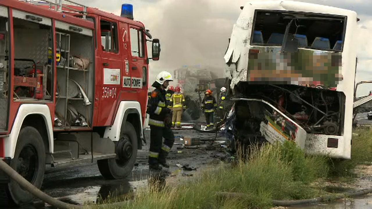 Zderzenie z autobusem, ciężarówki w płomieniach. Policja: ranne 32 osoby, śmigłowce ratunkowe w akcji