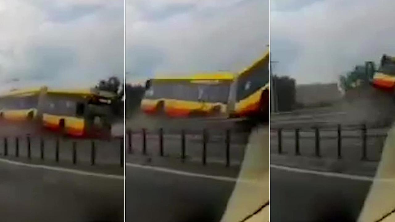 Warszawa. Wypadek autobusu linii 186 na trasie S8. Nagranie | TVN Warszawa