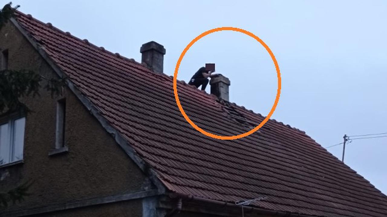 Wszedł na dach i przykucnął za kominem, bo nie chciał trafić do więzienia