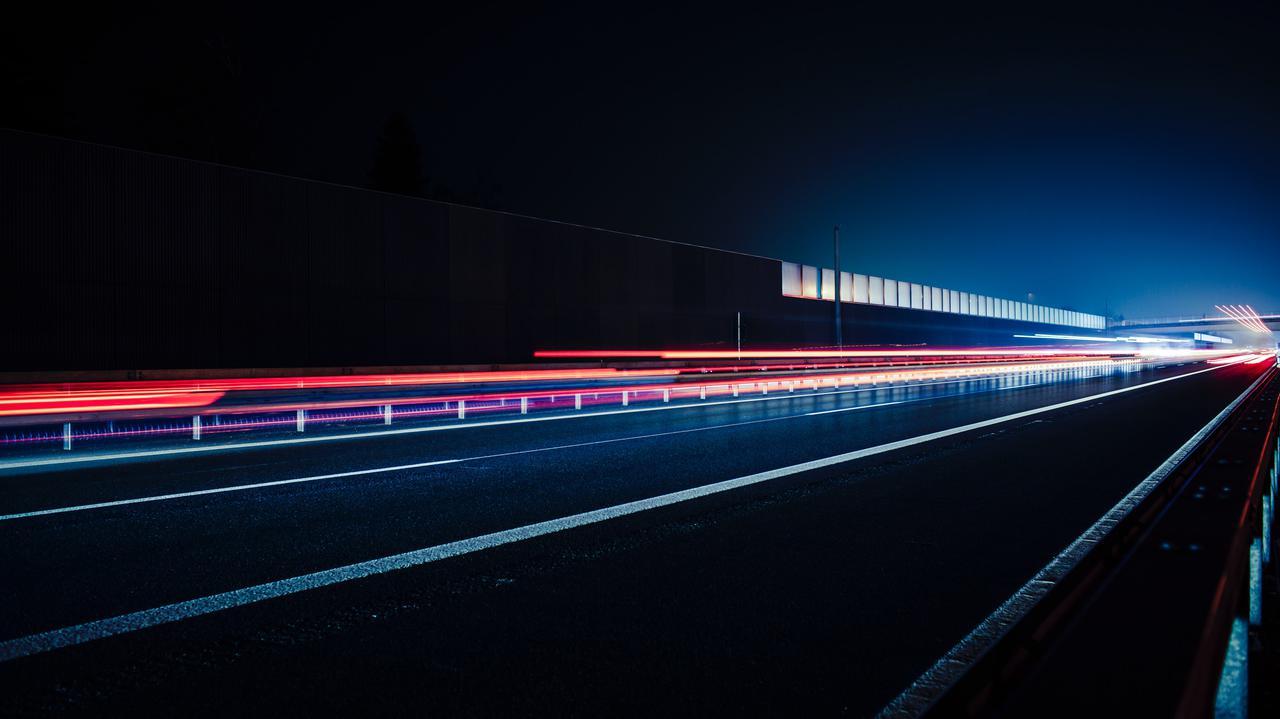 W nocy szedł po drodze ekspresowej, mijały go samochody jadące z prędkością ponad 100 km/h