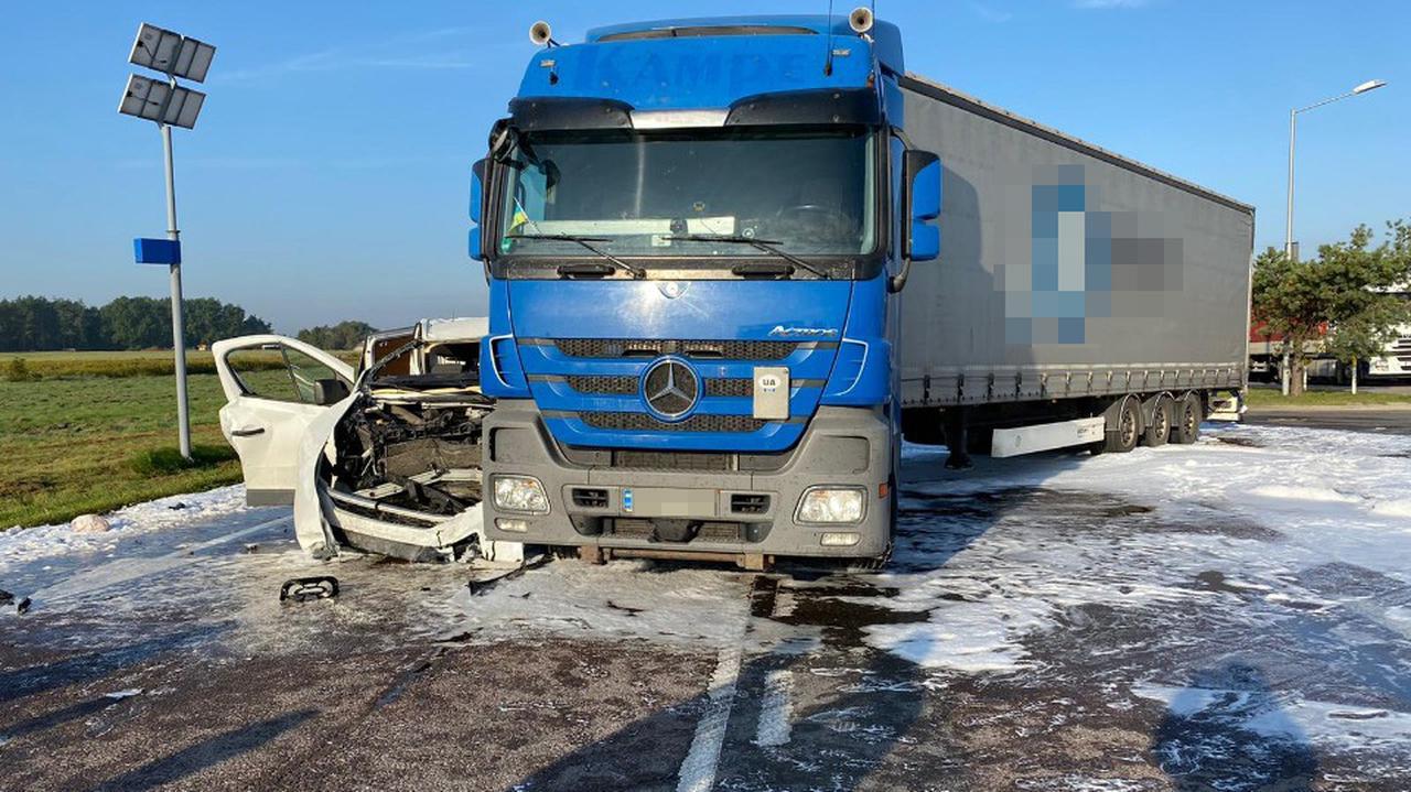 Zderzenie auta dostawczego z tirem na dk12. Policja: wyjeżdżał ze stacji paliw, nie udzielił pierwszeństwa