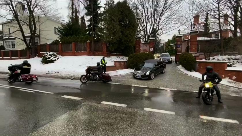 Georgette Mosbacher w drodze na lotnisko z eskortą motocyklistów