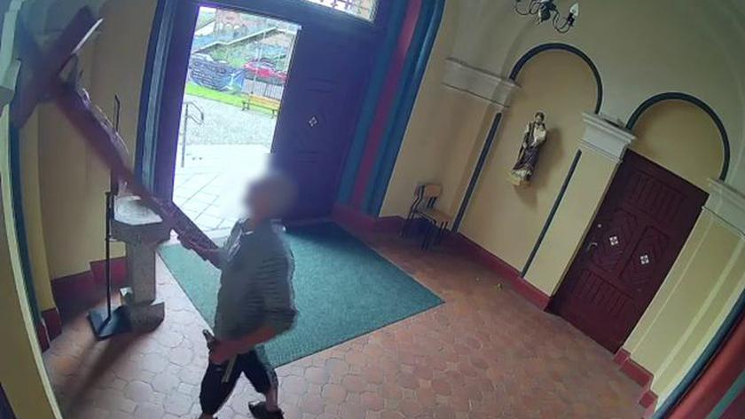 Mężczyzna uderzył księdza przed kościołem