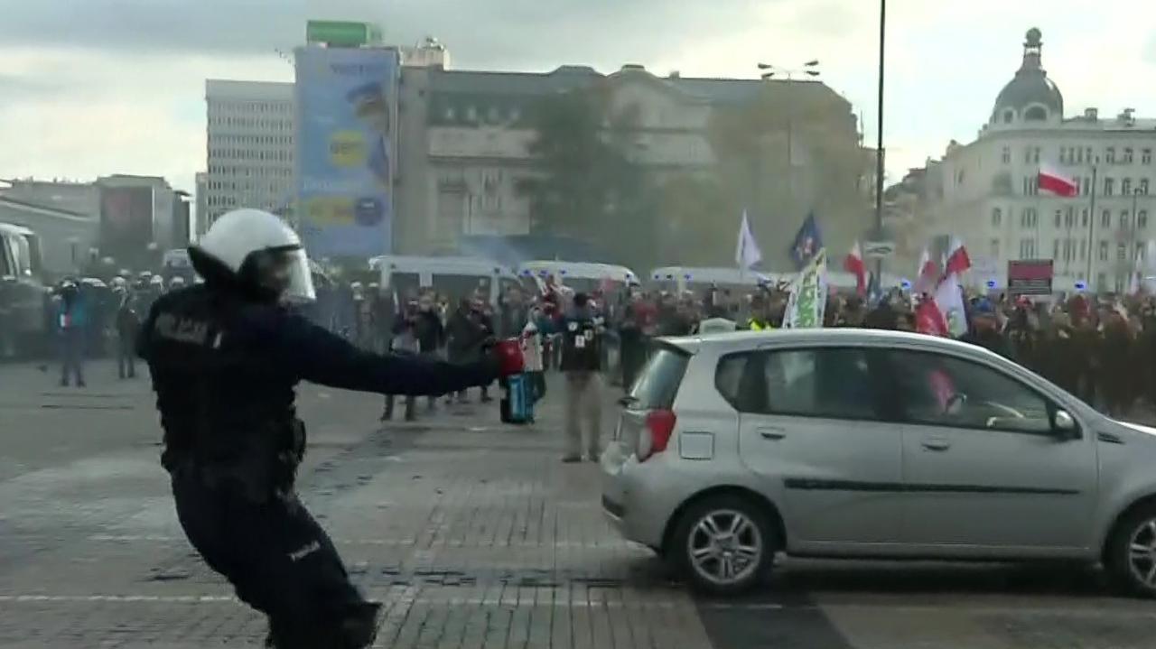 Policja rozpędza przeciwników obostrzeń. Zadyma na placu Defilad, w użyciu gaz