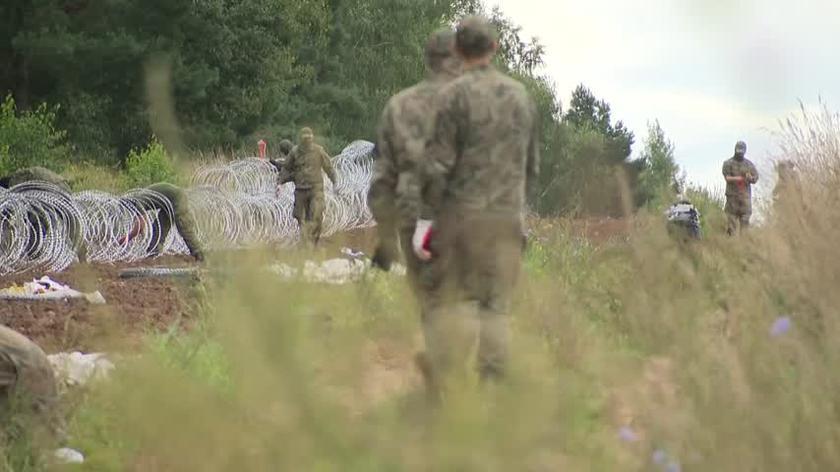 Wojsko rozkłada drut kolczasty na granicy z Białorusią w okolicy miejscowości Grzybowszczyzna