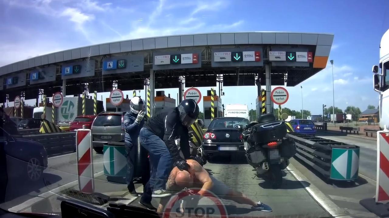 Bójka motocyklisty i kierowcy przed bramkami na autostradzie