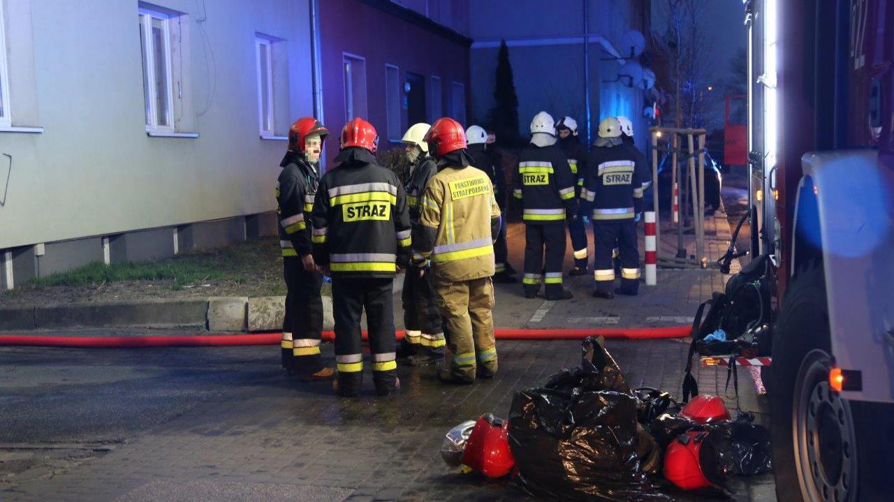 Pożar w kamienicy. W jednym z mieszkań znaleziono dwa ciała