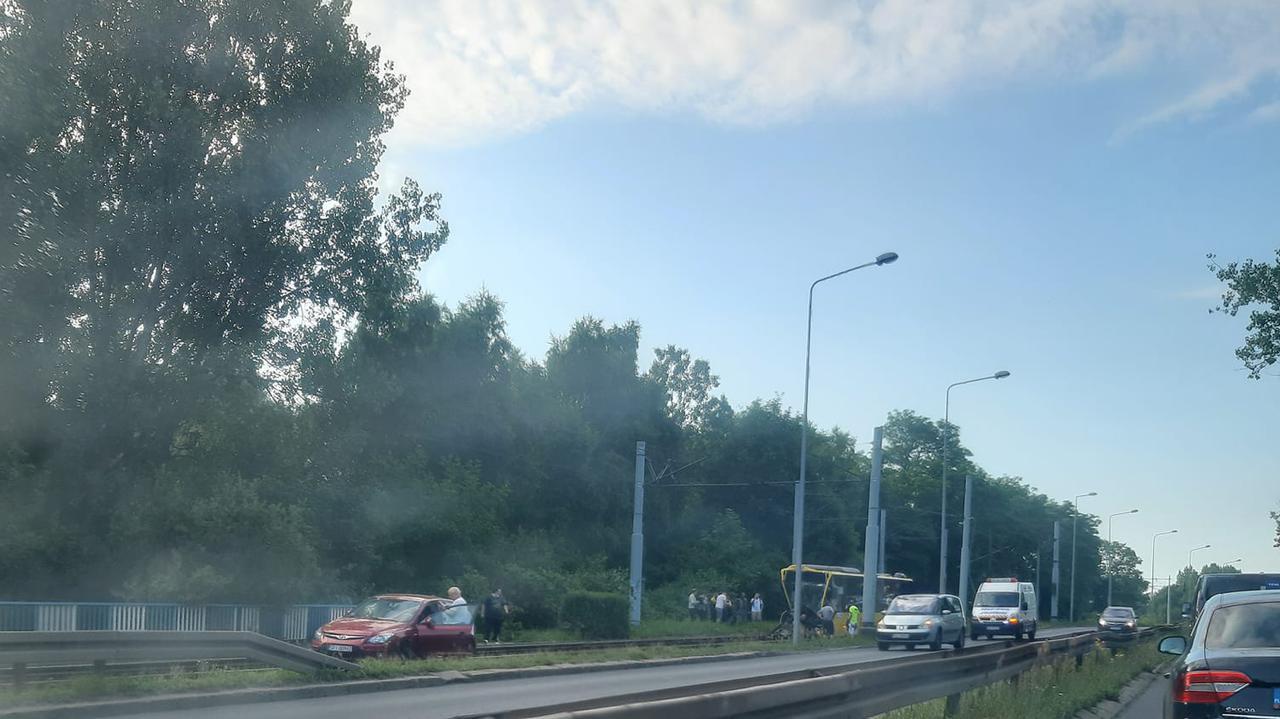 Autobus uderzył w słup i wjechał na tory tramwajowe. Ranny kierowca i pasażerowie