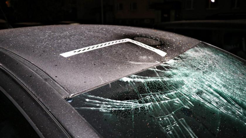Suwałki. 26-latek uszkodził sześć aut. Lądowały na nich, wyrzucane z balkonu, meble