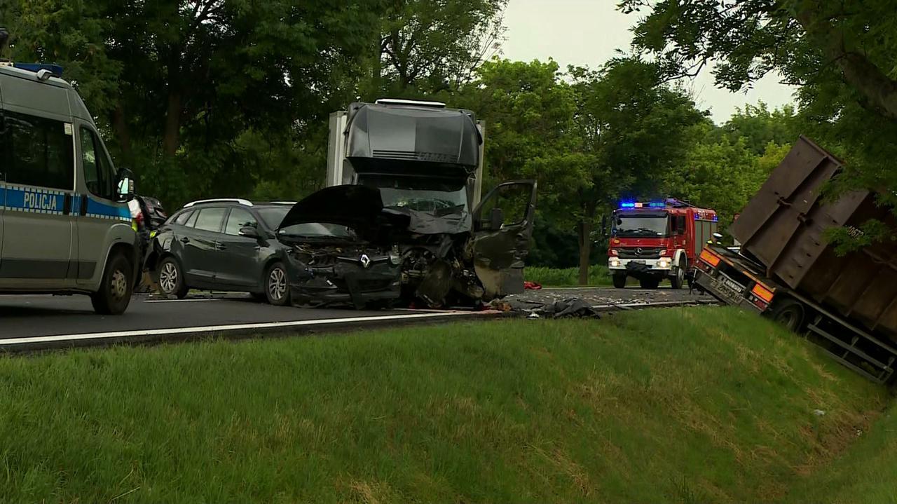 Zderzyło się osiem pojazdów. Dwie osoby nie żyją, dwie są ciężko ranne. Wstępne ustalenia policji