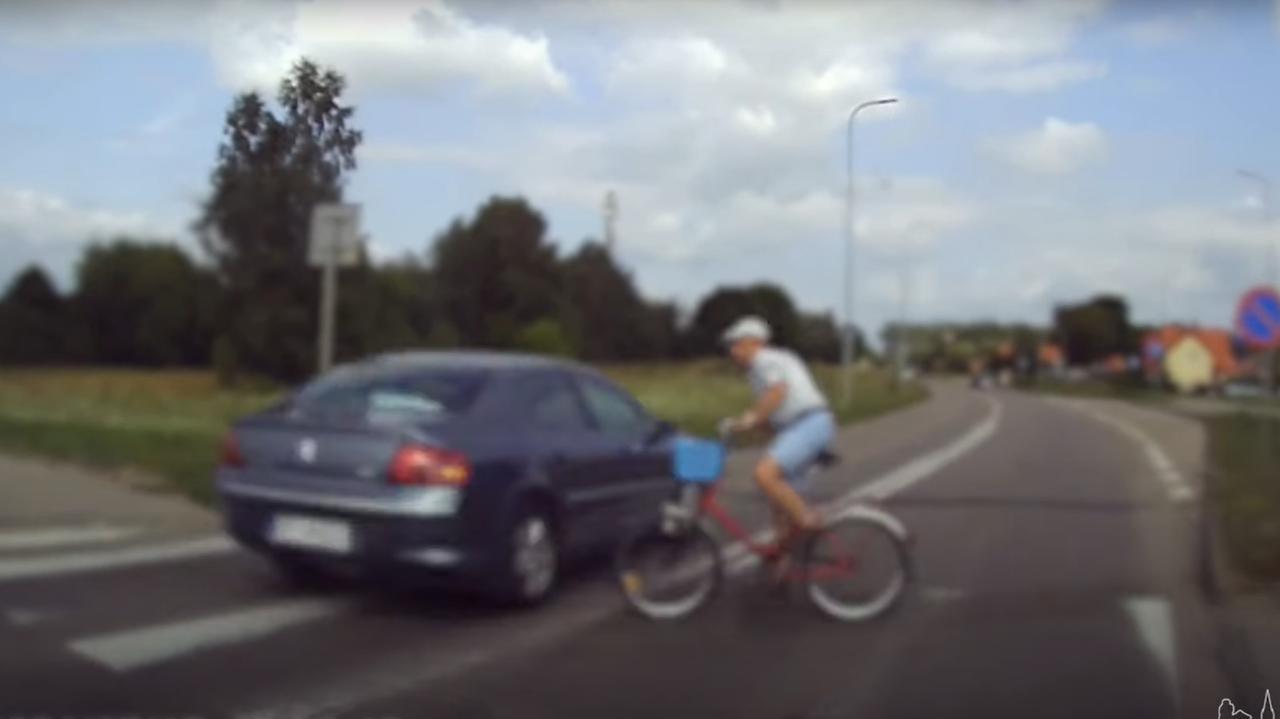 Nie zatrzymał się i niemal potrącił rowerzystę na pasach.