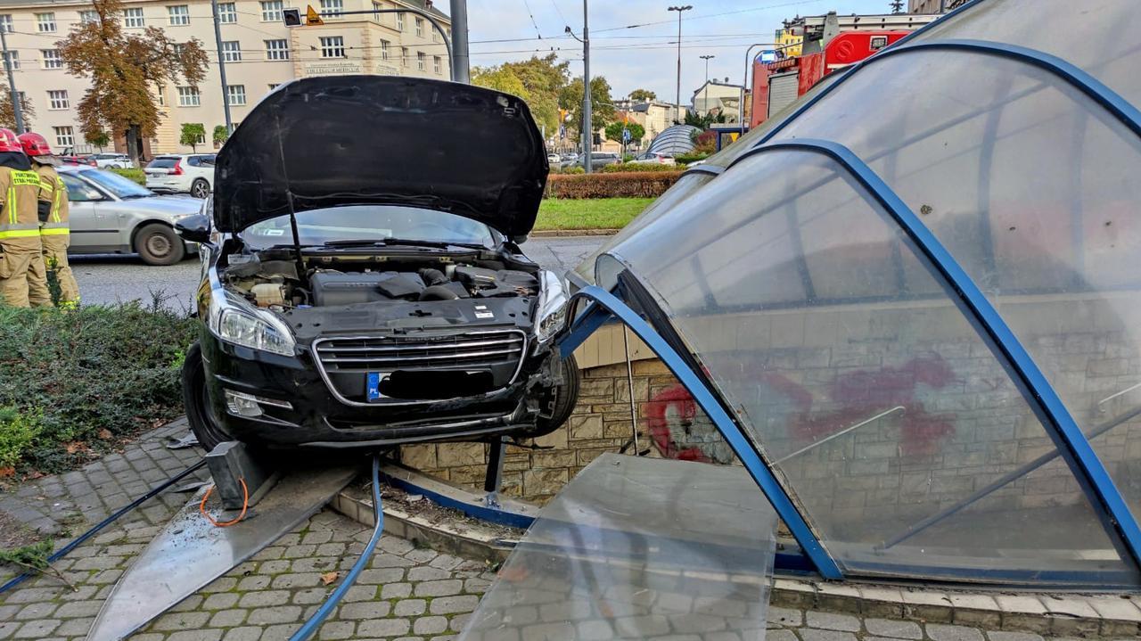 Bydgoszcz: kolizja na rondzie Jagiellonów, samochód wjechał w zadaszenie przejścia podziemnego