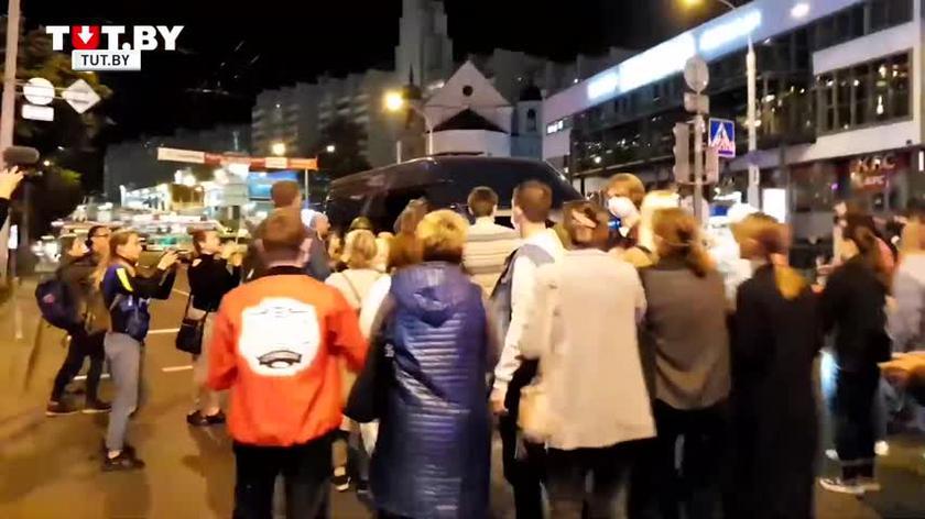 Struktury siłowe i ludzie bez oznaczeń brutalnie rozpędzają protesty i dokonują zatrzymań w różnych miejscach w Mińsku