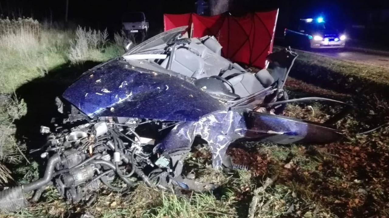 Autem podróżowało trzech 19-latków, uderzyli w drzewo. Pasażerowie zginęli, kierowca trafił do szpitala