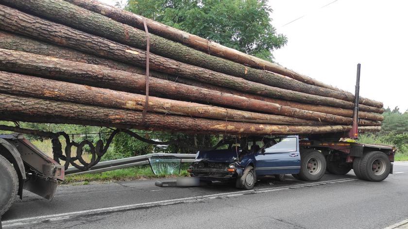 Samochód osobowy wciągnięty pod naczepę z drewnem
