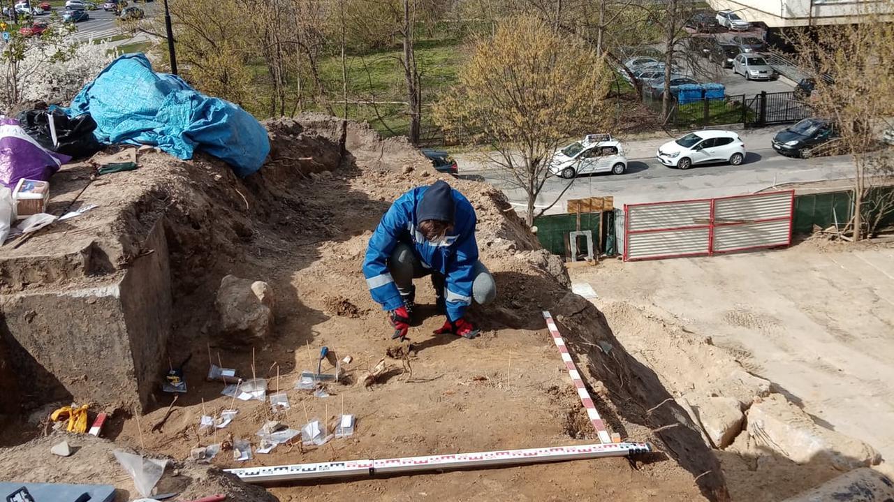 Dwa szkielety żołnierzy na budowie apartamentowca.