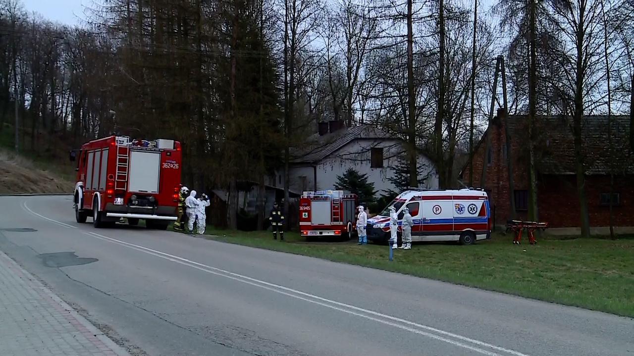 Strażacy pomogli ratownikom medycznym. Razem przetransportowali pacjentów do karetki