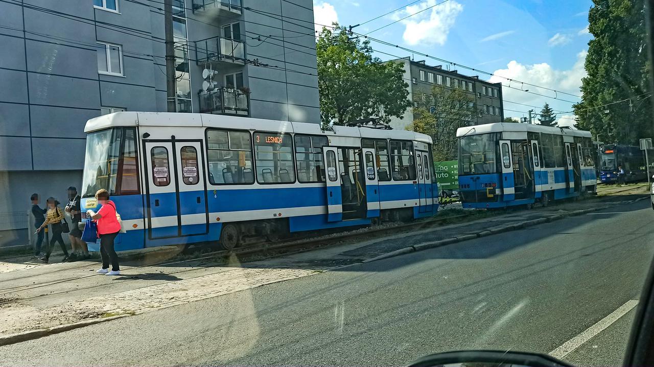 Tramwaj się rozjechał. Dwa wagony pojechały obok siebie, po sąsiednich torach