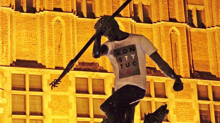 """Pomnik Neptuna w koszulce z napisem """"Konstytucja"""""""