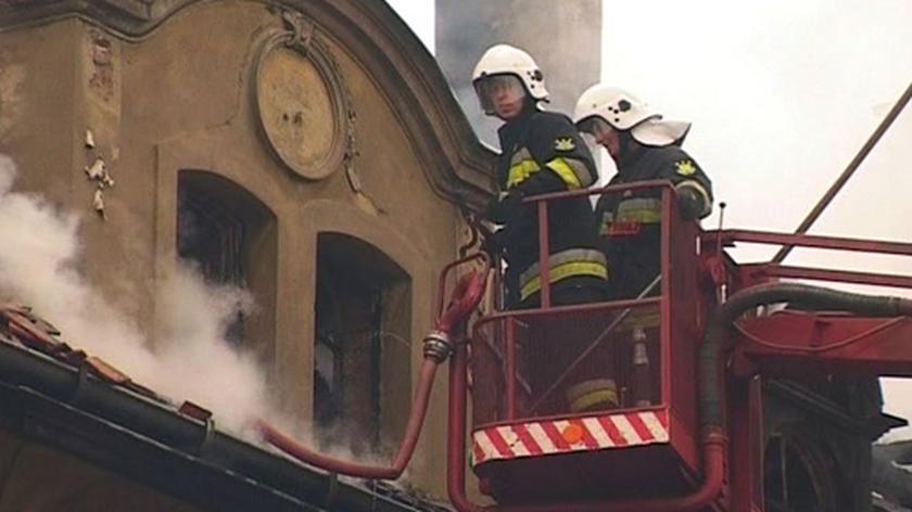 Płonie pałac w Strzeszowie