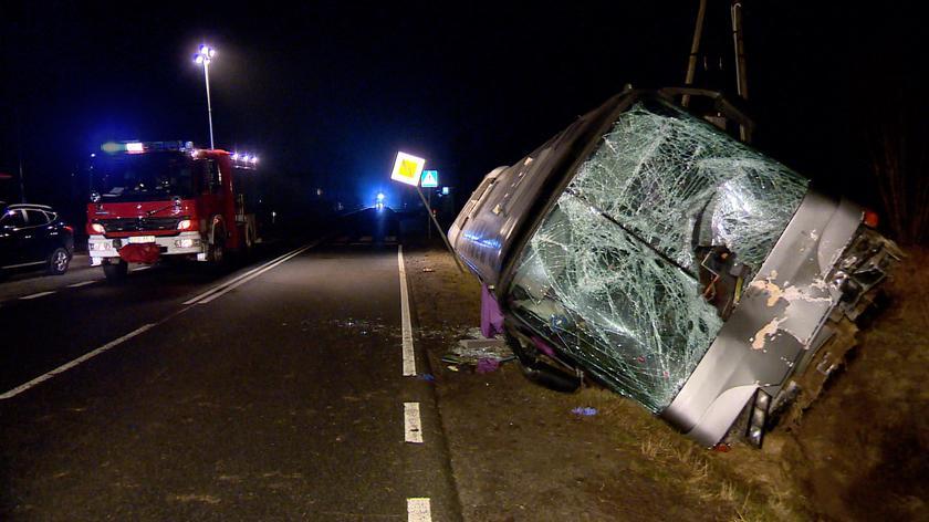 Tur. Koło ciężarówki wbiło się w przód autobusu