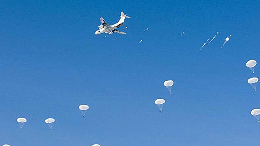 Zrzut spadochroniarzy z samolotów Ił-76
