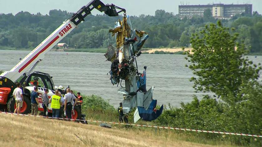 W Płocku podczas pokazów lotniczych samolot spadł do rzeki. Pilot nie przeżył