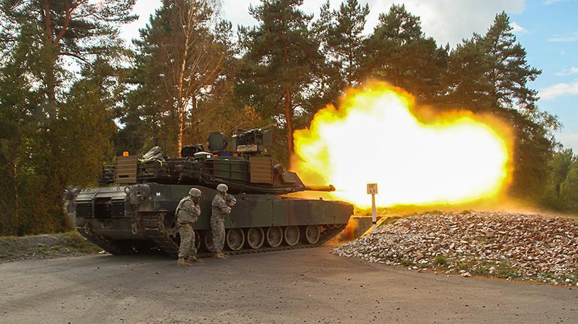 Amerykańskie czołgi Abrams na poligonie w Niemczech