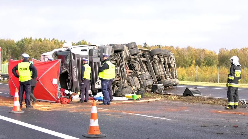 Ciężarówka wywróciła się na bok