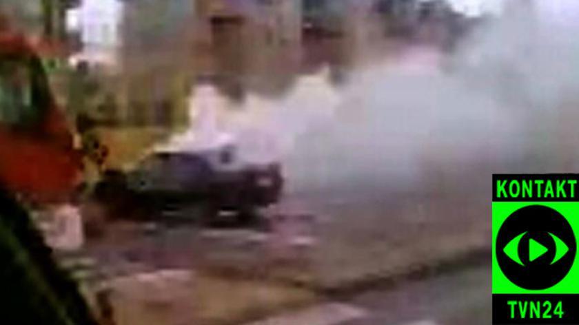 Taksówka spłonęła na ulicy w Warszawie (film: Marcin)