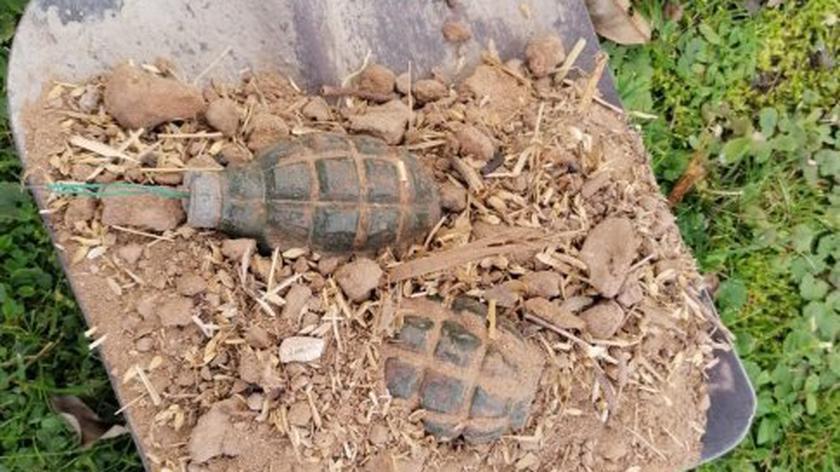 Znalezione granaty starsza kobieta wyniosła szuflą