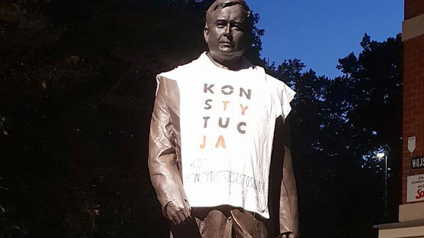 """Od """"ubrania"""" pomnika Lecha Kaczyńskiego zaczęły się """"koszulkowe"""" happeningi KOD-u [""""Fakty"""" z 29 lipca]"""