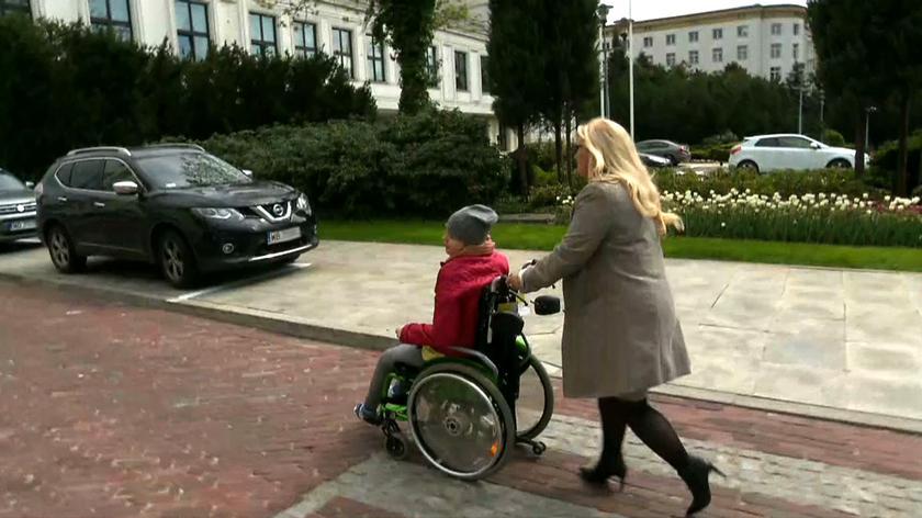 Posłanki Kukiz'15 zabrały niepełnosprawnych na zewnątrz Sejmu