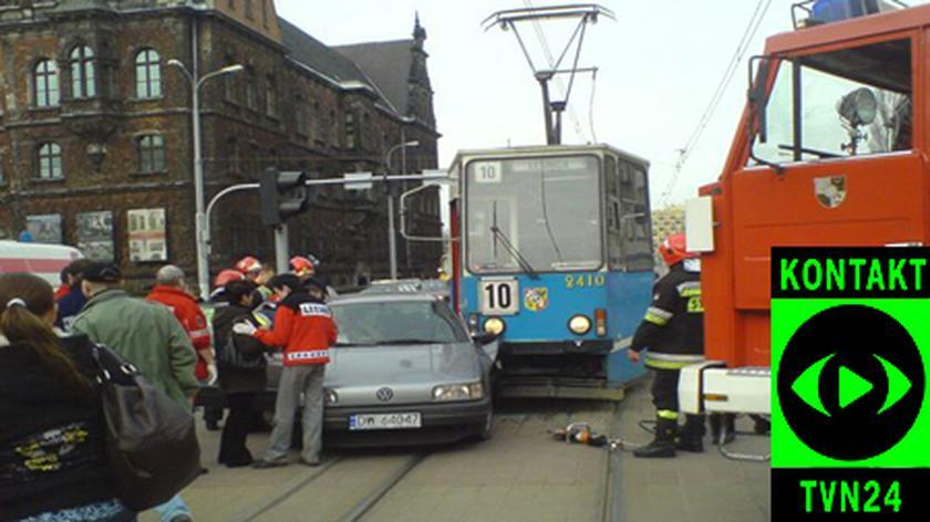 Samochód wjechał pod tramwaj (film: Kamila)