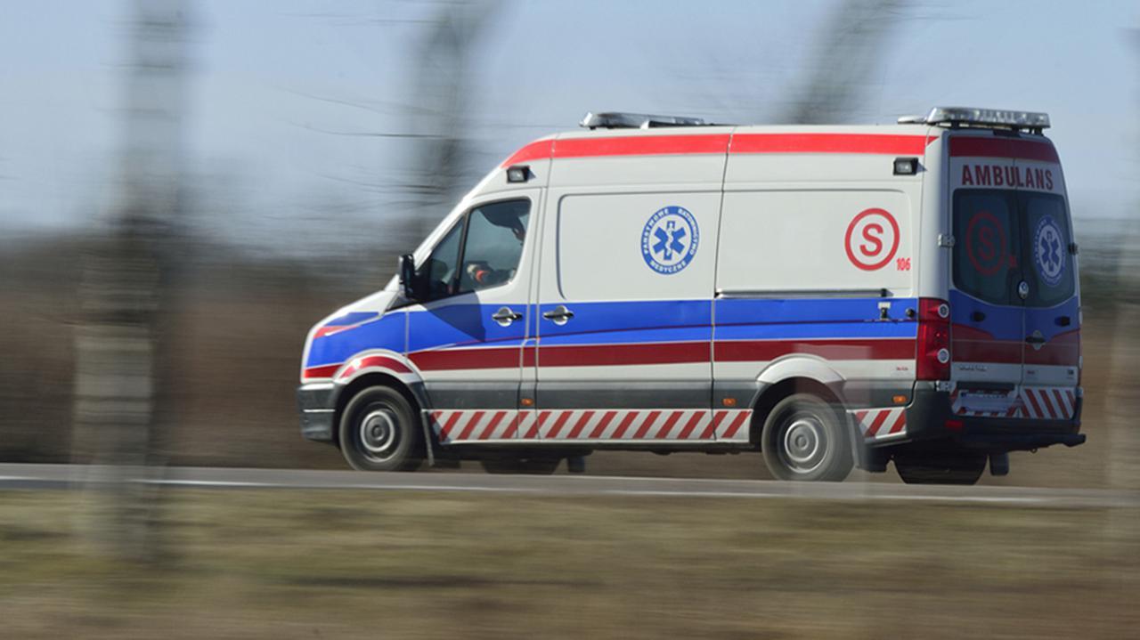 Pacjent wydostał się z karetki, zginął pod kołami samochodu