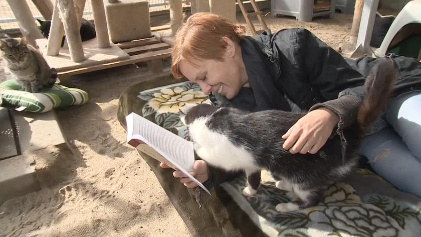Czytanie zwierzętom w gdańskim schronisku