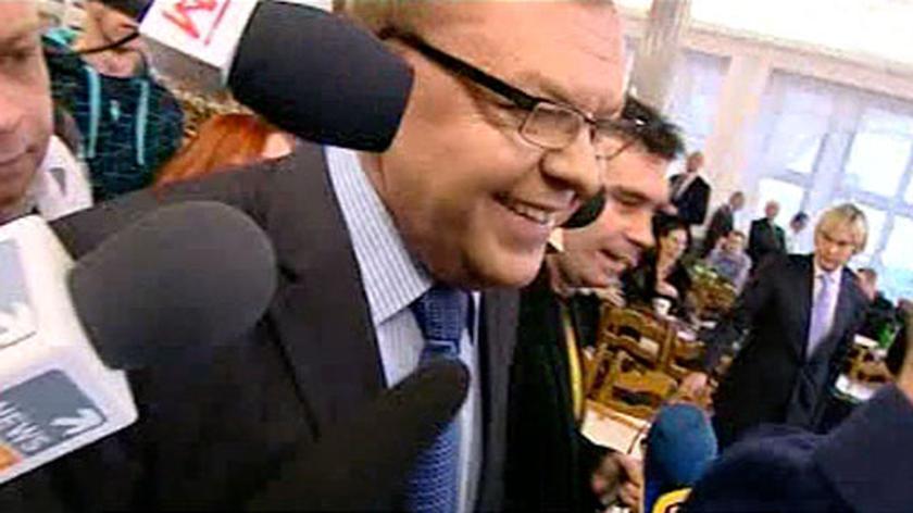 Zbigniew Chlebowski z uśmiechem wchodzi na przesłuchanie