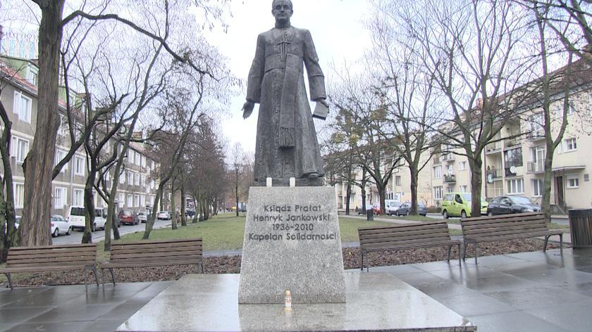 Politycy chcą usunięcia pomnika księdza Henryka Jankowskiego