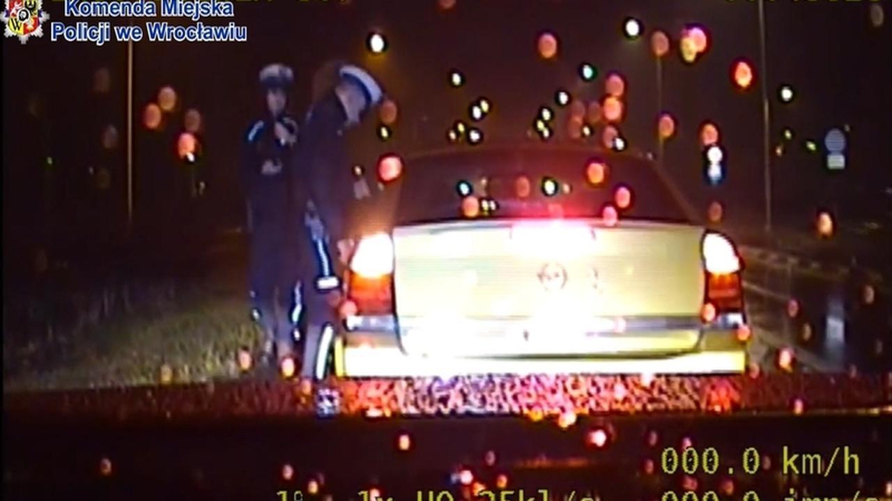 Nastolatka zemdlała w samochodzie. Kontrola przerwana i eskorta do szpitala